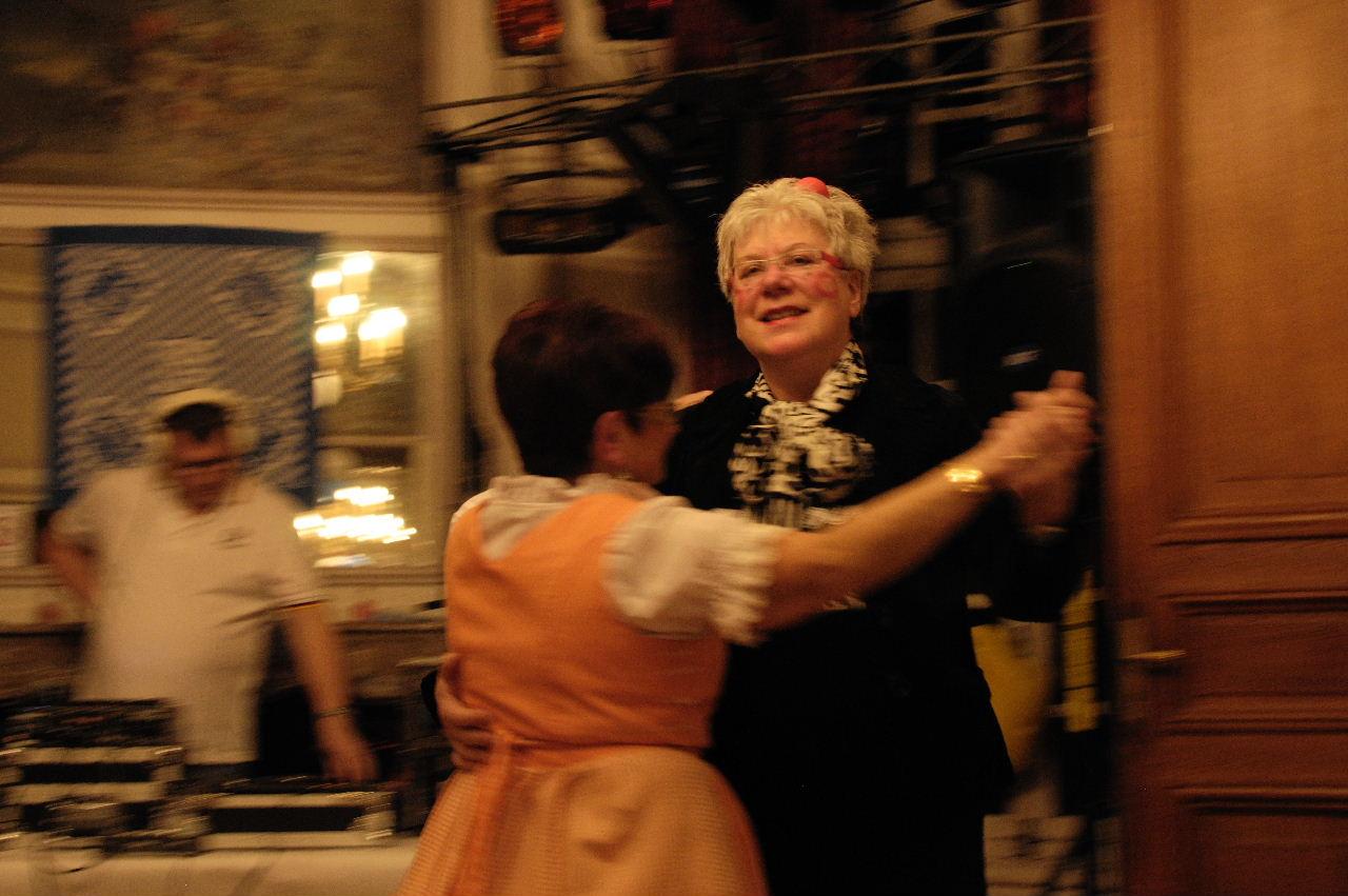 Helga et Michèle sur la piste de danse