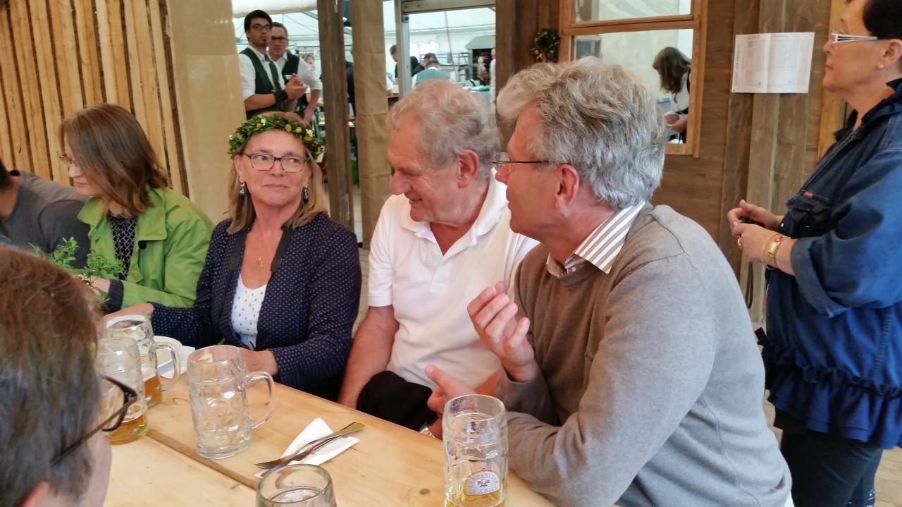 Les amis de la Verein Landshut-Compiègne sous la tente Zum Spielmann