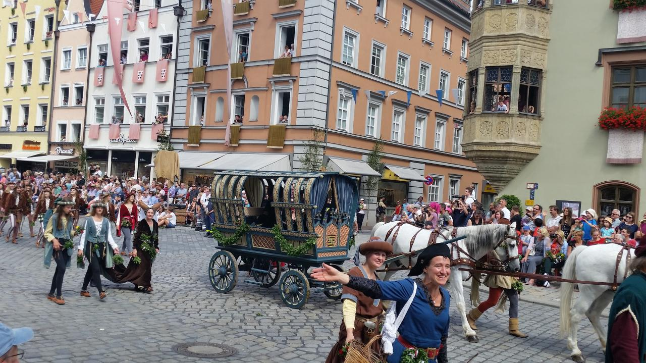 Herzogin Amalie la mère du marié le duc Georg