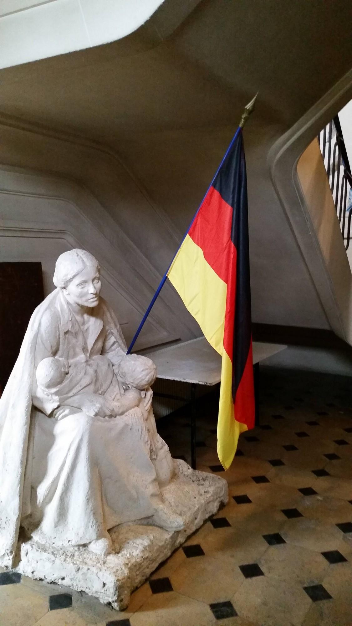 La statue et le drapeau