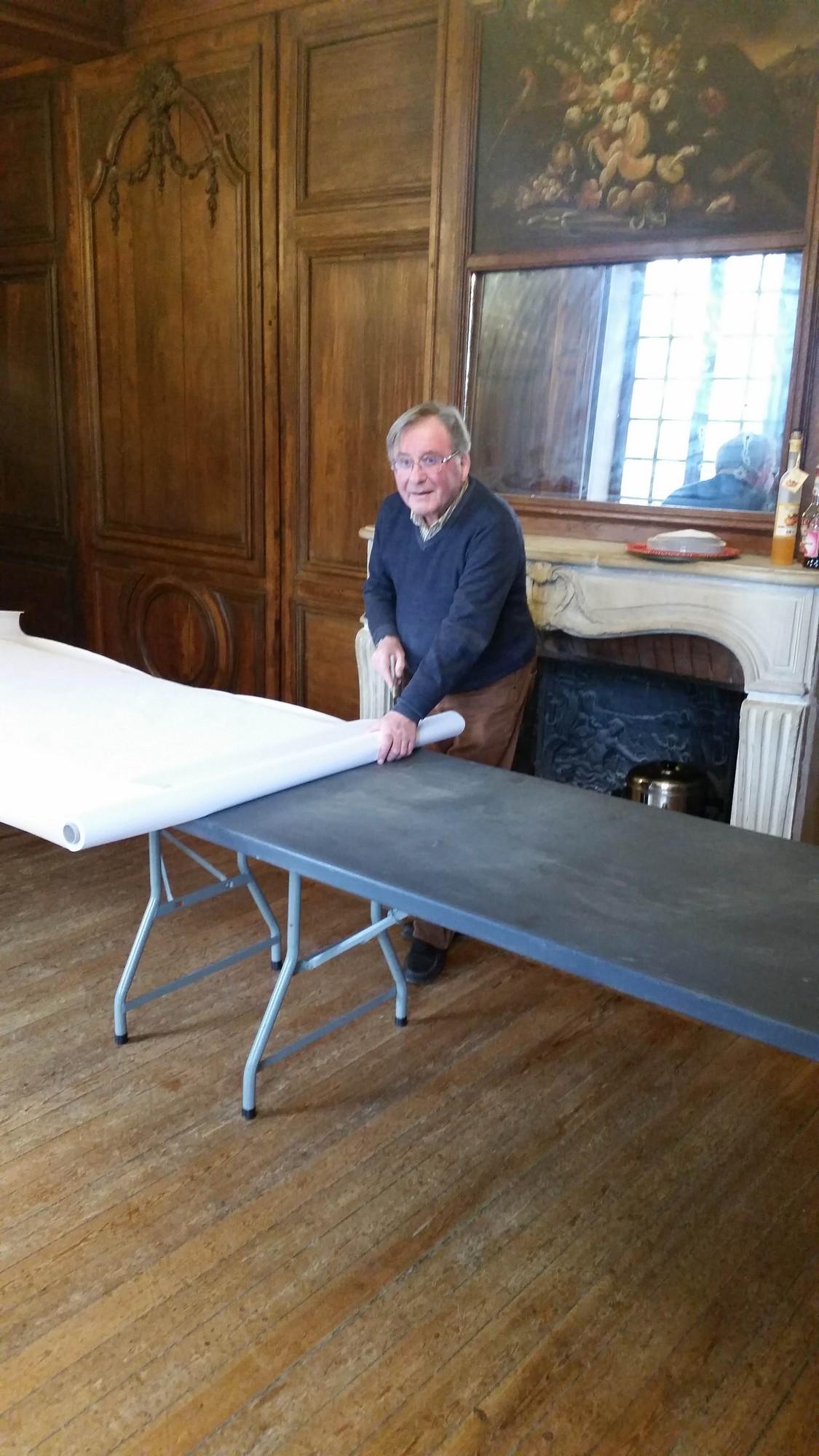 Michel prépare les tables pour le buffet