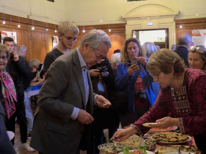 Monsieur le maire fait honneur aux buffets de chaque association