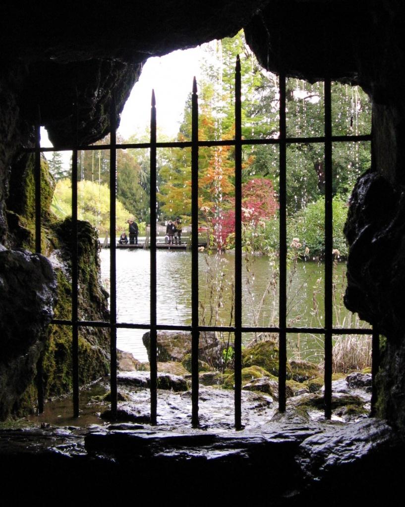 La grotte sous la cascade