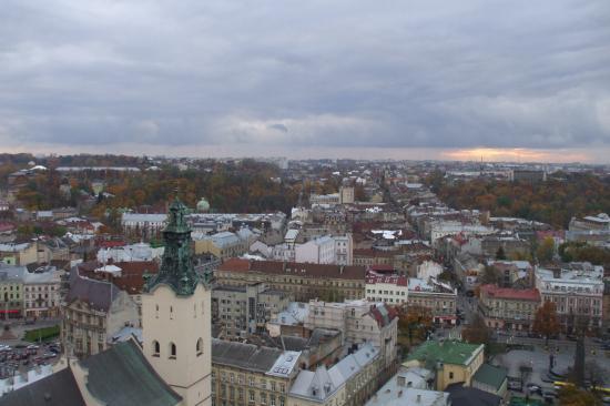 Vue de la ville de Lviv du haut de l'hôtel de ville.