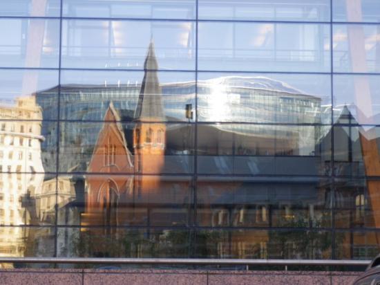Reflets dans les façades de la Commission Européenne