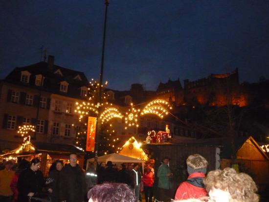 Le chateau en arrière plan du marché de Noël