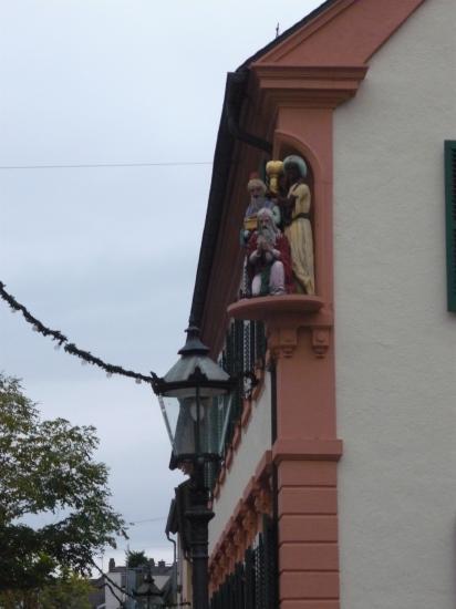 Schwetzingen les Rois Mages statue située sur l'angle d'une école