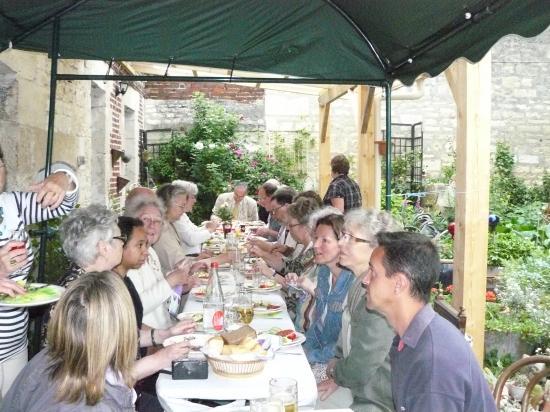 A table au milieu de la verdure