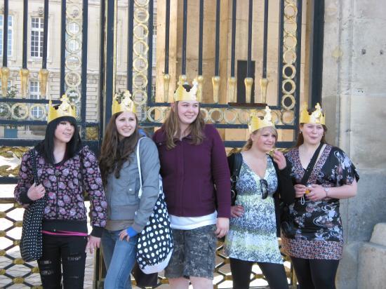 Les élèves devant le château. C'était normal pour elles, d'avoir une couronne, car nous entrions dans un château. -