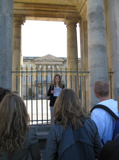 Une des élèves lit un topo sur l'historique du château à ses camarades.