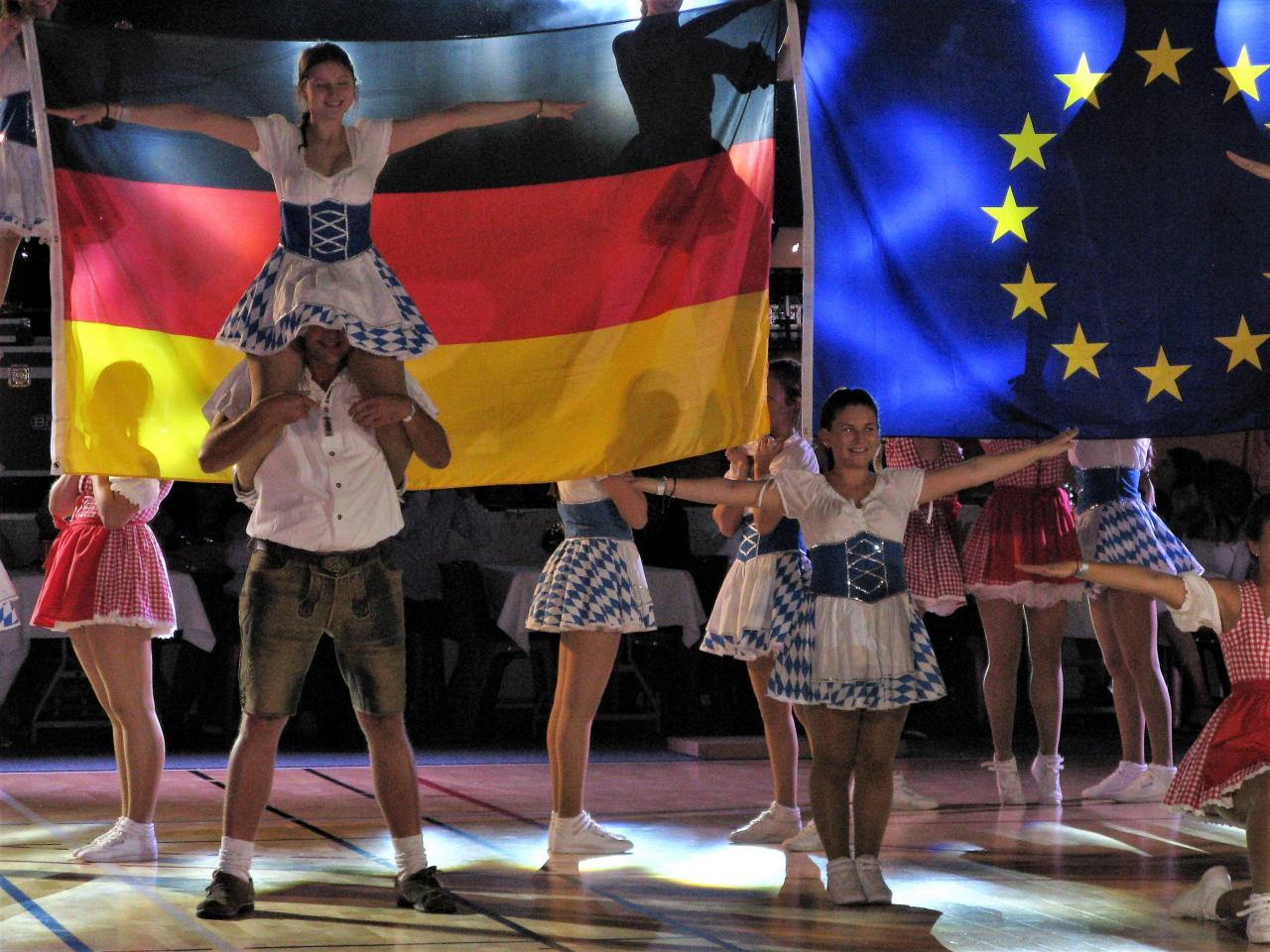 Spectacle du soir avec les drapeaux français, allemand et européen