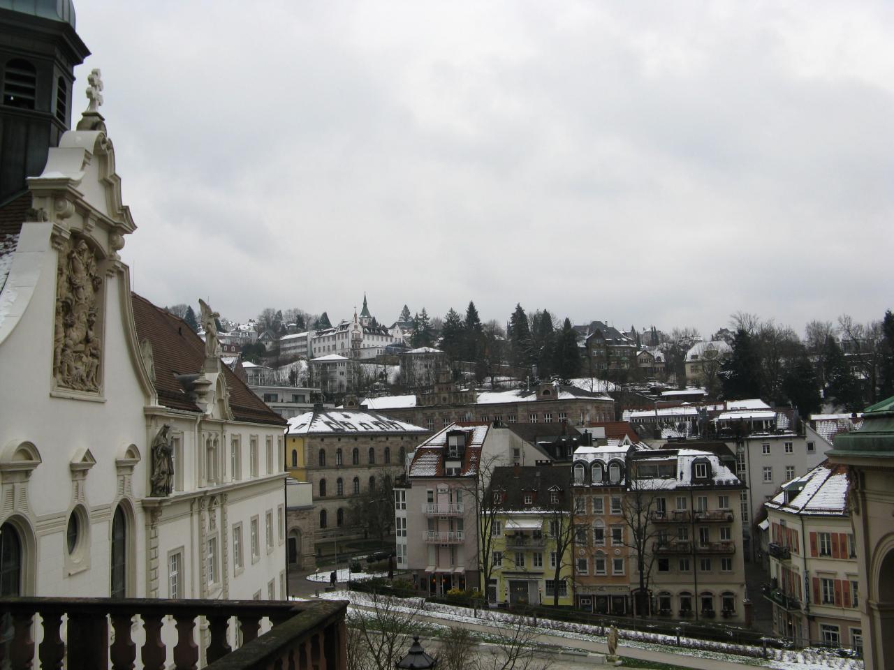 Les toits du centre ville sous la neige