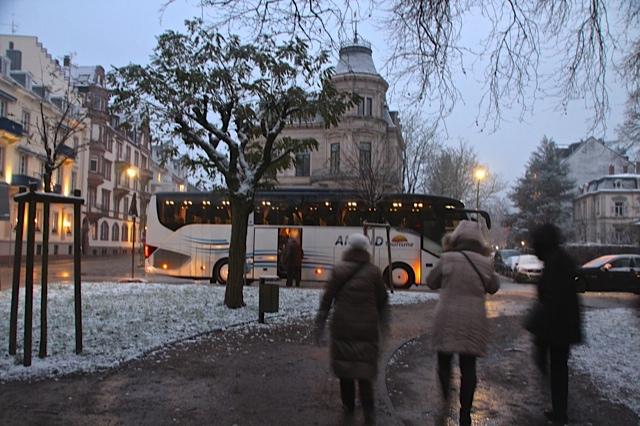 Retour vers le bus sous la neige