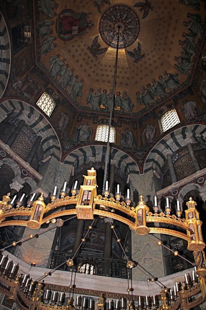Le lustre offert par l'empereur Barberousse dans la cathédrale