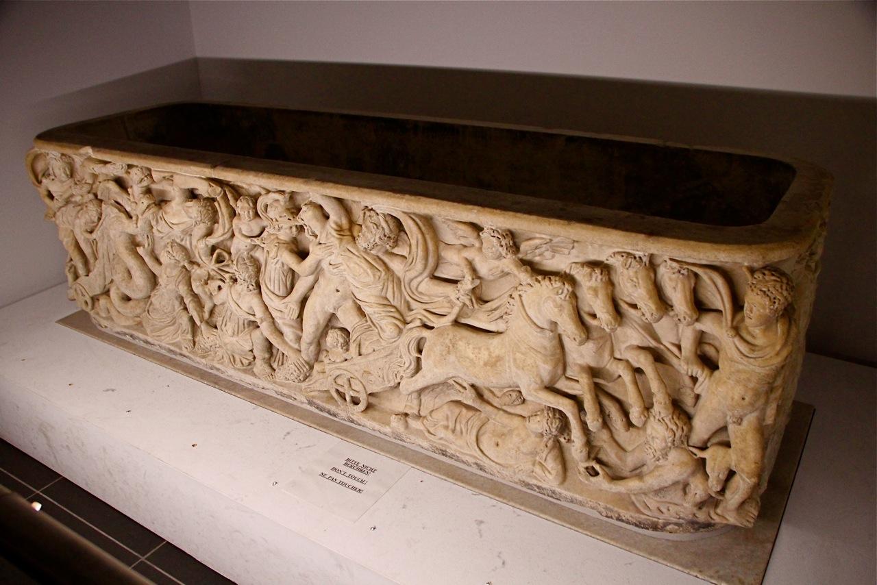 Le sarcophage de Proserpine où Charlemagne fut enterré à sa mort