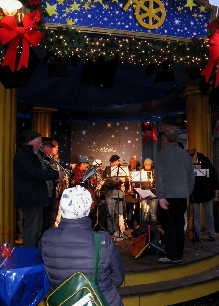 Orchestre de cuivres/chants de Noël au marché de Noël