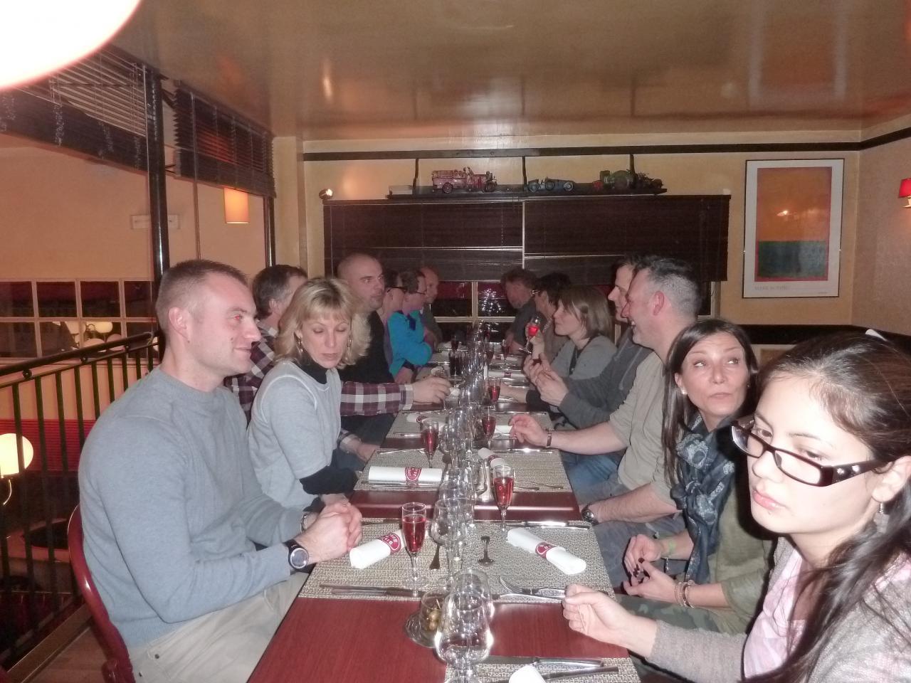 Rencontre convivial au restaurant avec les compagnes