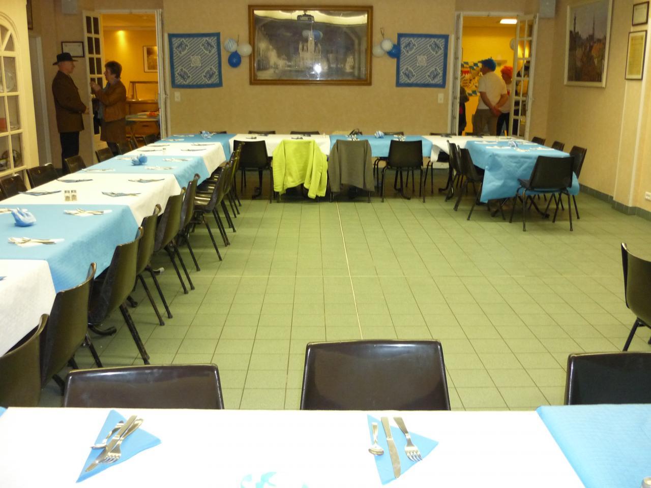 La salle décorée en blanc et bleu