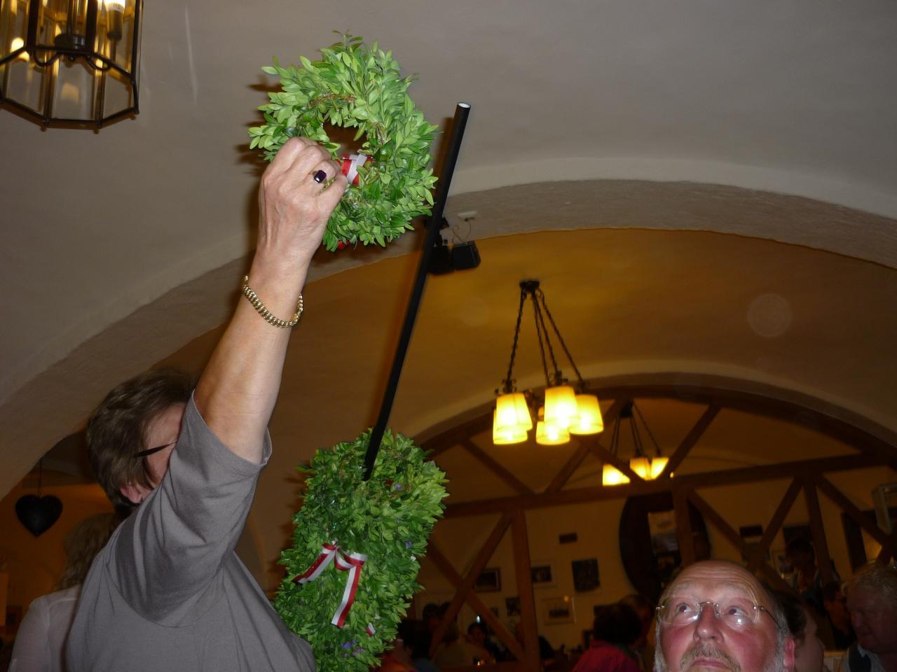 Michaela offre aux dames une Buchskranz traditionnelle