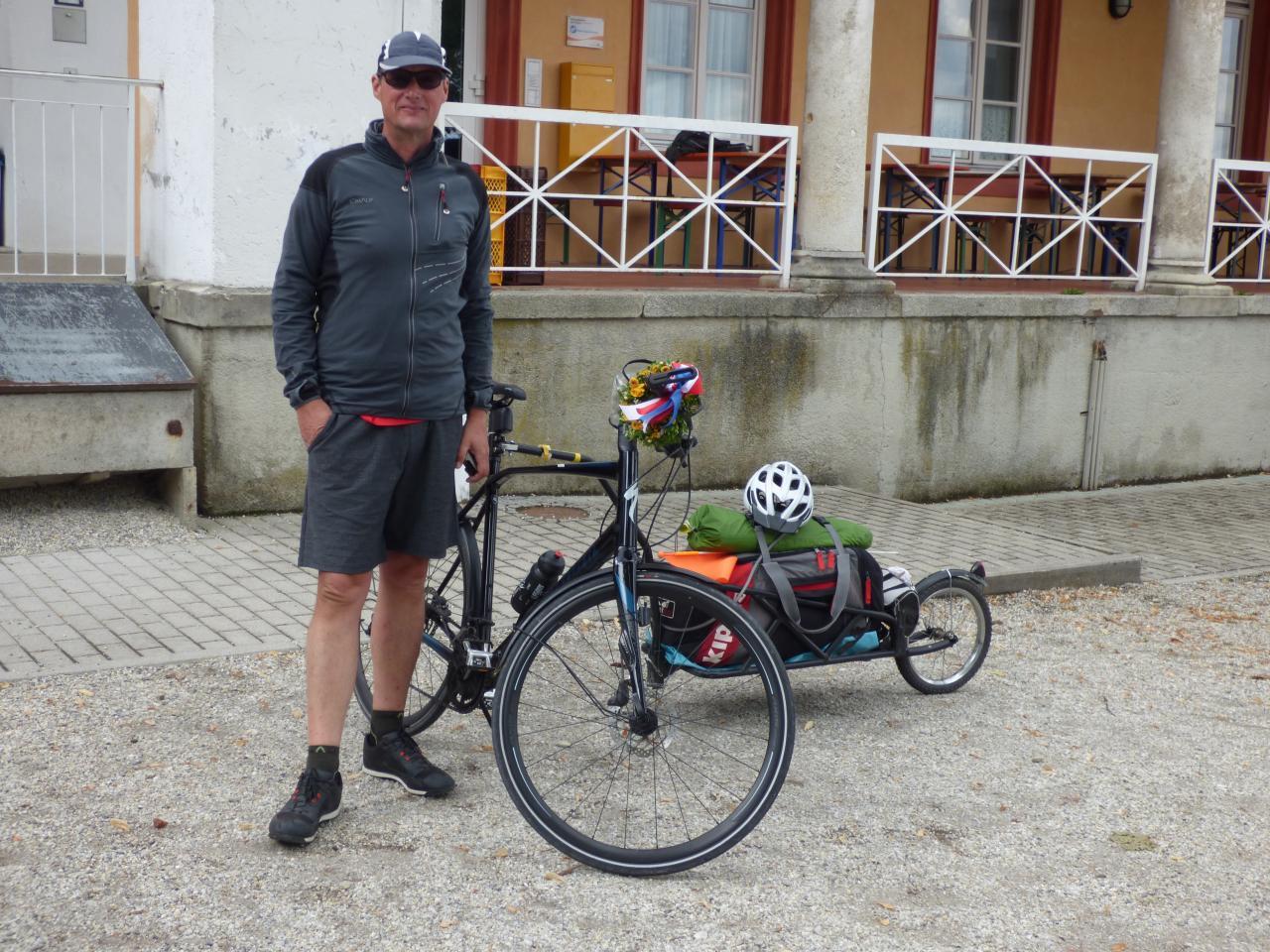 Patrice, son vélo et sa remorque à l'auberge de jeunesse à Landshut après 1200km